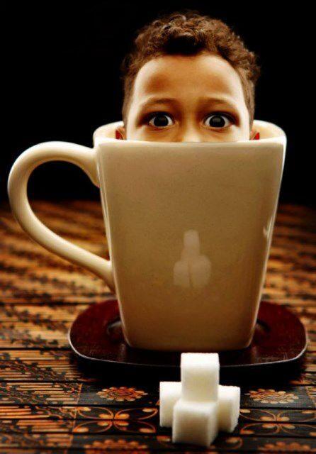 Малыш варит кофе